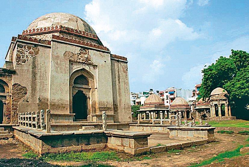 Fîrûz Şah Tuğluk'un Delhi dışındaki türbesi
